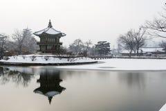 Красивый дворец gyeongbok в душе, Южной Корее - под снегом, зимой стоковые изображения rf