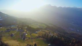 Красивый восход солнца в горах, зеленая долина, волшебный час, атмосфера сказки акции видеоматериалы
