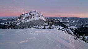 Красивый восход солнца в горах зимы снежных, промежуток времени, съемка тележки акции видеоматериалы