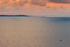 Красивый восход солнца над морем в утре на пасмурный день который солнце испускает лучи выходить облака Солнце испуская лучи чере Стоковые Изображения RF