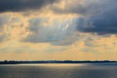 Красивый восход солнца над морем в утре на пасмурный день который солнце испускает лучи выходить облака Солнце испуская лучи чере Стоковое Изображение RF