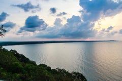 Красивый восход солнца над морем в утре на пасмурный день то Стоковые Изображения RF