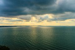 Красивый восход солнца над морем в утре на пасмурный день то Стоковое фото RF