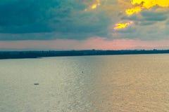 Красивый восход солнца над морем в утре на пасмурный день то Стоковое Изображение