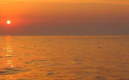 Красивый восход солнца на море с фиолетовым небом andgolden отражение солнца в воде с космосом экземпляра каникула территории лет стоковые изображения rf