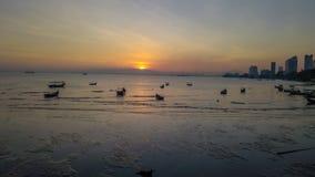 Красивый восход солнца около пляжа в Penang Малайзии со шлюпкой стоковое изображение rf
