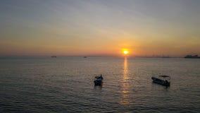 Красивый восход солнца около пляжа в Penang Малайзии со шлюпкой стоковое фото rf