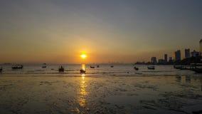 Красивый восход солнца около пляжа в Penang Малайзии со шлюпкой стоковое фото