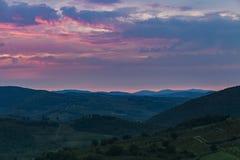 Красивый восход солнца с некоторым туманом между холмами с виноградниками Стоковое Изображение RF