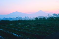 Красивый восход солнца утра в сельской местности стоковое фото