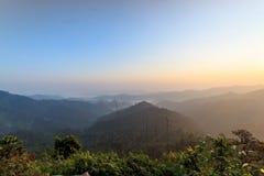 Красивый восход солнца в дождевых лесах холмов Стоковая Фотография RF