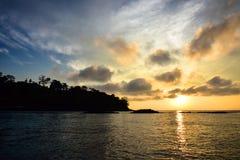 Красивый восход солнца в острове Phi Phi когда я путешествовал к пляжу Майя стоковая фотография