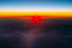 Красивый восход солнца захода солнца над горами от высоты самолета, Стоковые Изображения