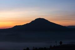 Красивый восход солнца зеленых холмов накаляя теплый, драматическое silhou блеска Стоковая Фотография