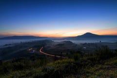 Красивый восход солнца зеленых холмов накаляя теплый, драматическое silhou блеска Стоковые Фотографии RF