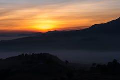 Красивый восход солнца зеленых холмов накаляя теплый, драматическое silhou блеска Стоковые Фото