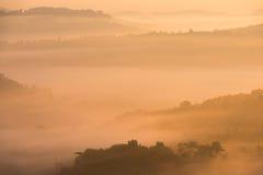 Красивый восход солнца зеленых холмов накаляя теплый, драматическое silhou блеска Стоковое Изображение RF