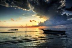 Красивый восход солнца и шлюпка на aru Tanjung приставают к берегу, Labuan Малайзия 23 Стоковое Изображение