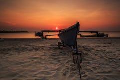 Красивый восход солнца и шлюпка на aru Tanjung приставают к берегу, Labuan Малайзия Стоковые Изображения RF