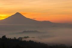 Красивый восход солнца от Bukit Punthuk Setumbu около виска Borobudur Стоковое Изображение