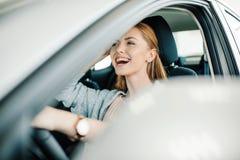 Красивый водитель молодой женщины сидя в новом автомобиле Стоковая Фотография RF