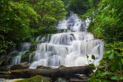 красивый водопад в тропическом лесе на phet горы berk ушата phu стоковое фото