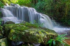 красивый водопад в тропическом лесе на phet горы berk ушата phu Стоковое фото RF