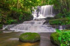 красивый водопад в тропическом лесе на phet горы berk ушата phu Стоковые Изображения