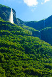Красивый водопад в фьордах Норвегии Стоковое Изображение