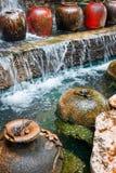 Красивый водопад и большой опарник воды Стоковые Фото