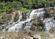 Красивый водопад, который побежали на утесах Стоковое Фото