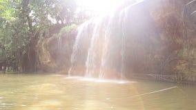 Красивый водопад с пирофакелом объектива сток-видео