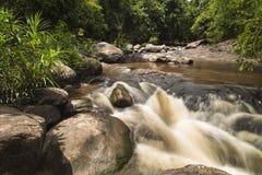 Красивый водопад Taphan Hin в взгляде дождя Стоковое фото RF