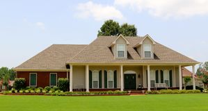 Красивый двухэтажный дом стиля ранчо Стоковые Изображения