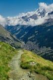 Красивый высокогорный ландшафт с путем горы, швейцарец Альпы, Европа Стоковые Фото