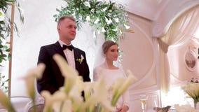 Красивый выхольте и невеста в ресторане Новобрачные акции видеоматериалы