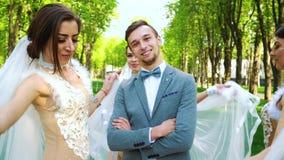 Красивый выхольте положение все еще и 3 красивых невесты идя вокруг его акции видеоматериалы