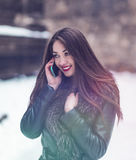 Красивый говорить телефона девушки брюнет Стоковое Изображение RF