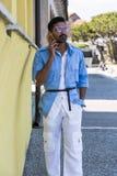 красивый говорить телефона человека Стоковые Изображения RF