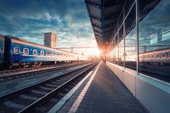 Красивый голубой пассажирский поезд на железнодорожном вокзале Стоковые Изображения