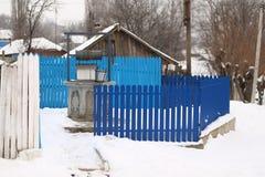 Красивый голубой фонтан на зиме стоковые изображения