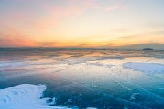 Красивый горизонт захода солнца над замороженным сезоном зимы Lake Baikal воды стоковые изображения