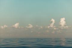 Красивый горизонт и небо моря вечера seascape Стоковые Изображения