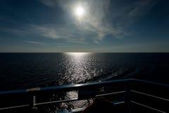 Красивый горизонт озера Ladoga на заходе солнца стоковые изображения