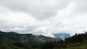 Красивый горный вид имеет славные облако и пар Стоковые Фотографии RF
