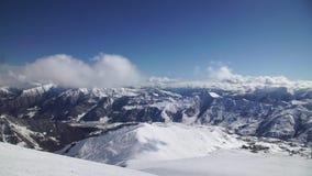 Красивый горный вид, покатое катание на лыжах, свои snowboarders управляет вниз сток-видео