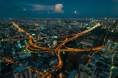 красивый городской пейзаж метрополии на ноче от высоты, тайский стоковые изображения rf