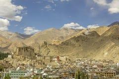 Красивый город в песочной долине с тибетскими и мусульманскими висками стоковые фото