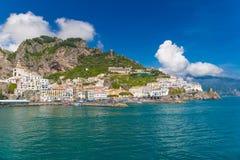 Красивый городок Амальфи, вид спереди, побережья Амальфи, кампании, Италии Стоковое фото RF