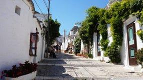 Красивый городок Alberobello с домами trulli среди зеленых растений и цветков, главного touristic района, зоны Apulia, южной стоковые изображения rf
